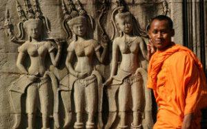 Voyage au Cambodge, moine dans un site archeologique