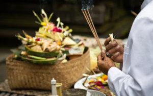 Offrandes au dieux à Bali