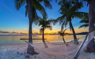 Couché de soleil sur la plage des îles Fidji